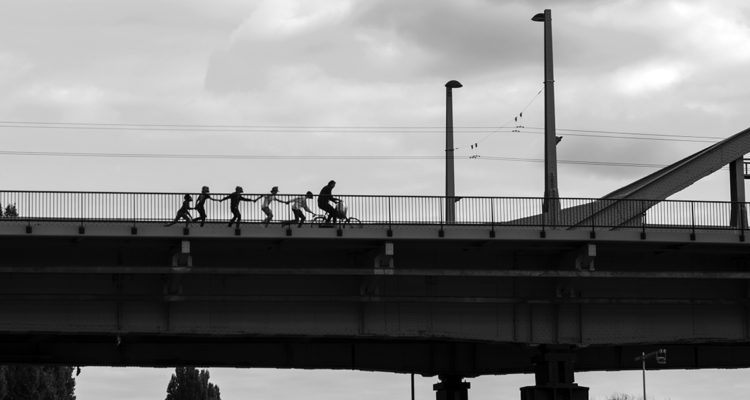 9-de-ratten-hangen-aan-een-fiets-op-de-john-frost-brug